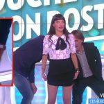 Erika Moulet s'est fait taper sur les fesses par Julien Courbet pour sa dernière dans Touche pas à mon poste