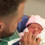 PHOTOS - Devenu papa, un candidat de télé réalité présente son bébé à ses fans!
