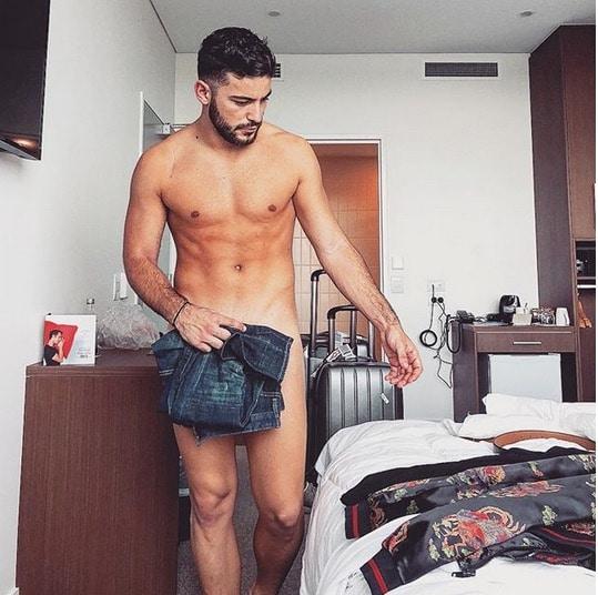 anthony mateo nu sur instagram il se fait lyncher par les. Black Bedroom Furniture Sets. Home Design Ideas