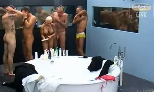 Secret Story 10 : Baisers langoureux nus sous la douche